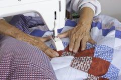 缝制爱国被子的Quilter机器 图库摄影