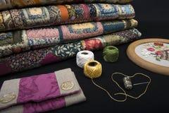 缝制的设备和织品。 图库摄影