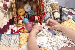 缝制的设备和织品。 免版税库存照片
