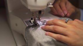 缝合与一台缝纫机的妇女的手 妇女的手在一台缝纫机缝合 时尚,创作和剪裁 股票视频