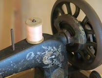 缝合与麻线的古色古香的生铁缝纫机 免版税库存照片