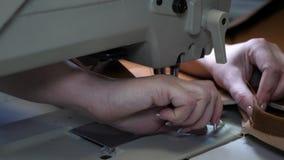 缝合人造革的过程 缝纫机针在行动的 裁缝缝合在缝合的黑皮革 股票视频