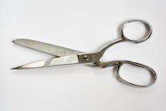 缝合剪刀一半开放的金属隔绝在白色 免版税库存图片