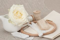 缝合和刺绣工艺成套工具 剪裁辅助部件 免版税图库摄影