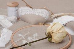 缝合和刺绣工艺成套工具 烘干上升了 免版税图库摄影