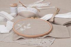 缝合和刺绣工艺成套工具 自然的亚麻布 图库摄影