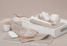 缝合和刺绣工艺成套工具 自然的亚麻布 免版税库存照片