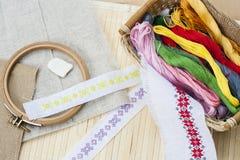 缝合和ambroidery工艺成套工具、刺绣螺纹在篮子和其他工具 免版税库存照片