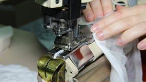 缝合在一台缝纫机的妇女 库存图片