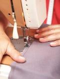 缝合在一台缝纫机的资深妇女 库存图片