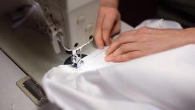 缝合在白色礼服的手拉链由固定硬件灯光在缝纫机的 切除螺纹 油罐顶部角钢 股票视频
