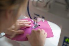 缝合在缝纫机的接近的妇女手 免版税库存图片