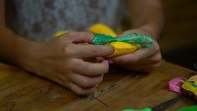 缝合毛毡的信件手工制造女孩 股票视频