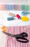 缝合用品线程数的织品剪刀 免版税图库摄影