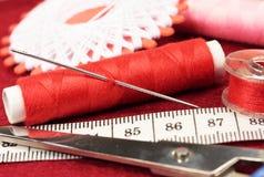 给缝合的东西穿衣的辅助部件 免版税库存照片