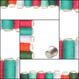 缝合的卡片、色的螺纹和顶针 图库摄影