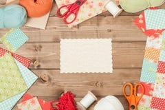 缝合的和编织的辅助部件 织品,毛线球 木Tabl 免版税库存照片
