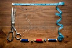 缝合的工具和色的磁带/针线包 免版税库存照片