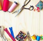 缝合的工具和色的磁带/针线包 免版税图库摄影