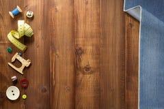 缝合的工具和辅助部件在木头 免版税图库摄影