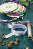 缝合的工具和首饰 免版税库存图片