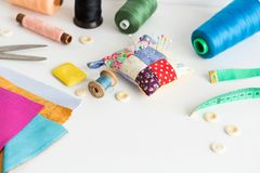 缝合的工具特写镜头,补缀品,剪裁和时尚概念-在一张白色桌上的工作环境,螺纹短管轴 图库摄影