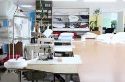 缝合的工厂商店的内部 有几台缝纫机的闭合的演播室 服装业 backgroun的被弄脏的照片 免版税库存图片