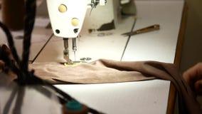 缝合的工厂 大师缝合在缝纫机的衣裳 影视素材