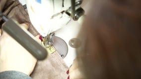 缝合的工厂 大师缝合在缝纫机的衣裳 股票视频