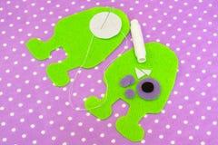 缝合的毛毡妖怪-如何做妖怪手工制造玩具 免版税库存照片