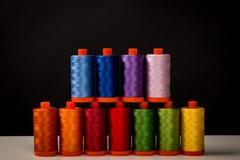 缝合的缝制的螺纹,彩虹颜色 库存图片