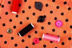 缝合的衣裳的项目 缝合的螺纹按钮、短管轴和布料 顶视图 免版税库存照片