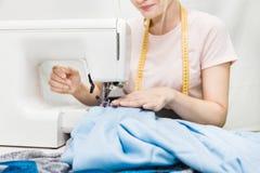 缝合的车间 拿着评定裁缝工作的现有量 少妇与缝纫机一起使用 免版税库存照片