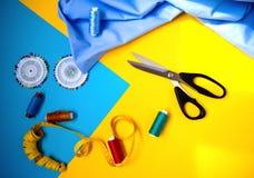 缝合的辅助部件 螺纹,剪刀,测量的磁带,布料 图库摄影