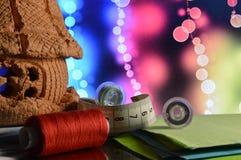 缝合的辅助部件和工具为剪裁 免版税库存照片