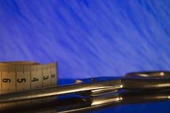 缝合的辅助部件和工具为剪裁 免版税图库摄影