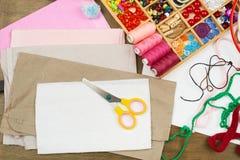 缝合的辅助部件顶视图,裁缝工作场所,许多为针线,刺绣,手工制造反对和工艺品 免版税库存照片
