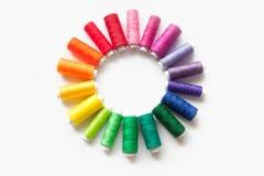 缝合的颜色螺纹 奶油被装载的饼干 螺纹圈子关于 库存照片