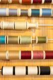 缝合的颜色行穿线在木桌上的框架 库存图片