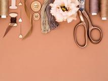 缝合短管轴纹理线程数的针剪刀穿线了工具 免版税库存照片