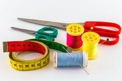缝合针线和剪刀 免版税库存图片