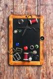 缝合针线和按钮 免版税库存图片