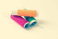 缝合针线和针背景 免版税库存图片