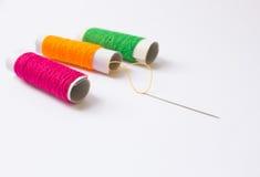 缝合针线和针背景 库存照片