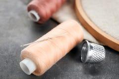 缝合针线短管轴与针和顶针的 免版税图库摄影