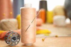缝合针线短管轴与针的 免版税库存图片