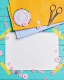 缝合针线-按钮、剪刀、织品和空标识符 图库摄影
