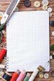 缝合:剪刀、螺纹、按钮、磁带和笔记本 免版税图库摄影