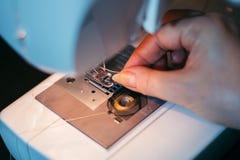 缝合织品的过程 库存照片