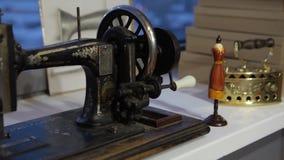 缝纫机、裁缝缝合在机器的和妇女` s手 古色古香的缝纫机富兰克林 少妇佩带 库存照片